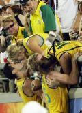 图文-澳大利亚男曲胜荷兰摘铜 赛场上的温情