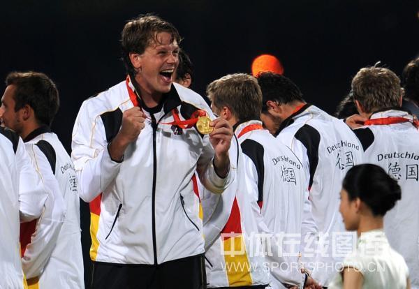 图文-男曲决赛德国胜西班牙 展示金牌