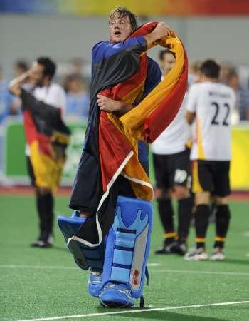 图文-男曲决赛德国胜西班牙 德国队员身裹国旗庆祝