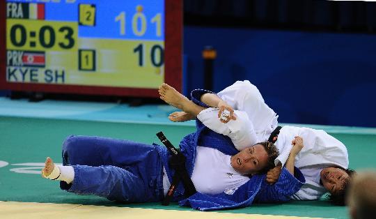 图文-女子柔道57公斤级淘汰赛 法国选手胜朝鲜选手