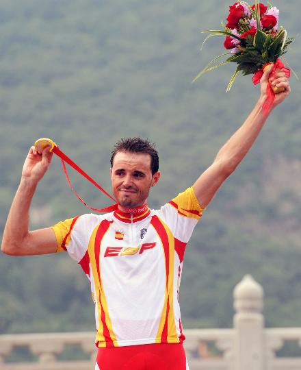 图文-自行车公路赛西班牙桑切斯夺冠 炫耀金牌