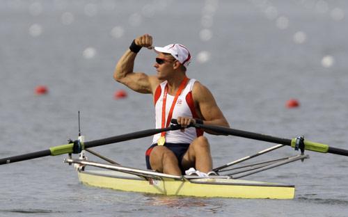 图文-赛艇男子单人双桨决赛 指挥胜利之拳