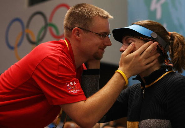 图文-北京奥运首金产生 埃蒙斯的丈夫前来祝贺