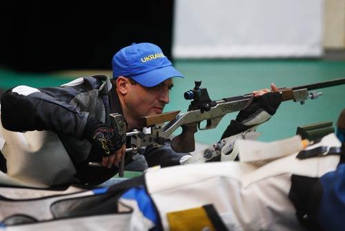 图文-男子50米步枪卧射决赛 向目标射击