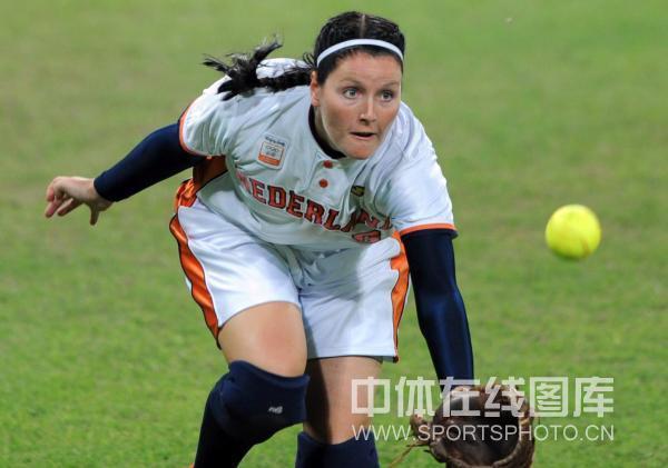 图文-[奥运垒球]美国8-0荷兰 荷兰选手接球