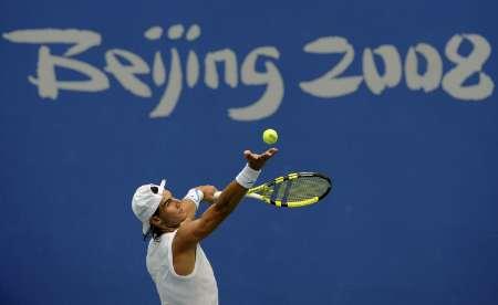 图文-纳达尔积极备战北京奥运 训练中大力发球