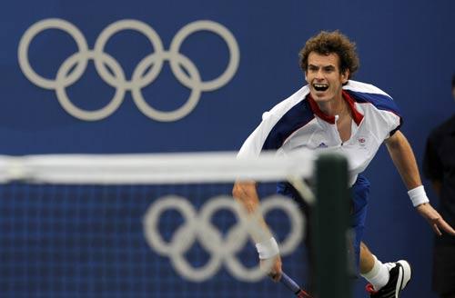 图文-网球男子单打首轮 穆雷大力回球
