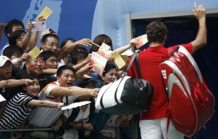 图文-网球男子单打首轮激战 中国球迷追捧费德勒