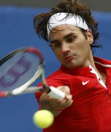 图文-网球男子单打首轮激战 费德勒回球很潇洒