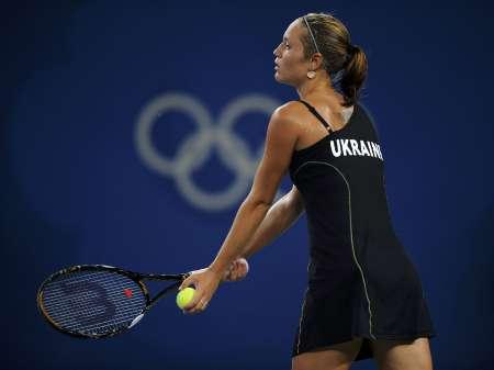 图文-网球女子单打11日赛况 邦达连科准备发球