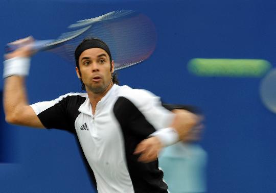 图文-网球男单决赛纳达尔夺冠 智利火炮瞄准来球