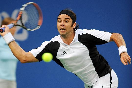 图文-网球男单决赛纳达尔夺冠 他的眼中只有球