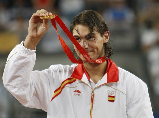 图文-[奥运]网球男子单打决赛 纳达尔展示金牌
