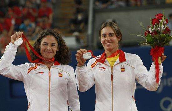 图文-网球女子双打决赛 西班牙组合展示银牌