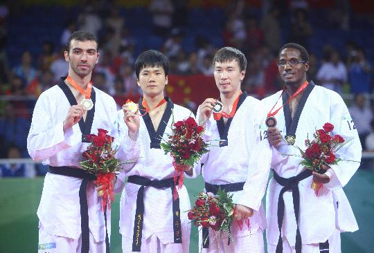图文-跆拳道男子80公斤以上级比赛 前三甲展示奖牌