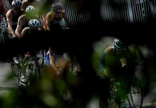 图文-铁人三项男子组决赛举行 自行车比赛中