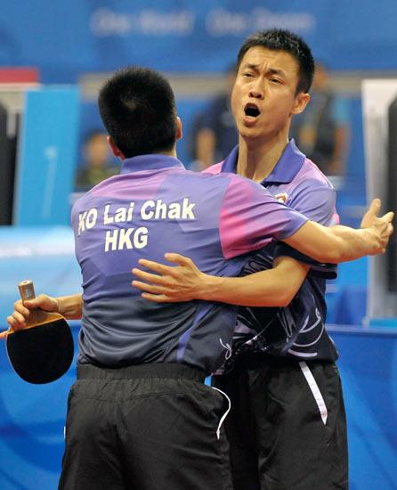 图文-北京奥运会乒乓球赛事开战 香港球员相拥庆祝
