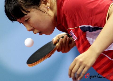 图文-乒乓男女团铜牌附加战 美国队王晨发球瞬间