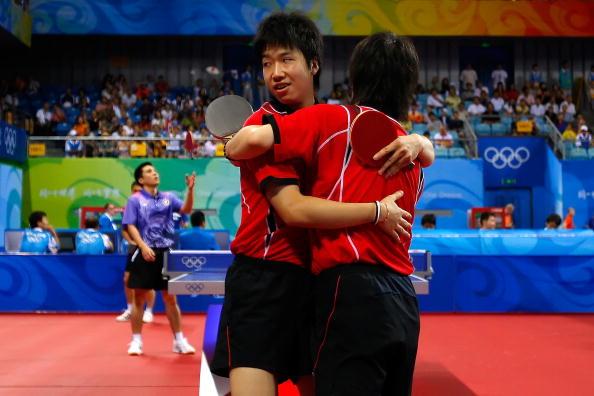 图文-14日奥运会乒乓球赛况 日本组合相拥庆祝