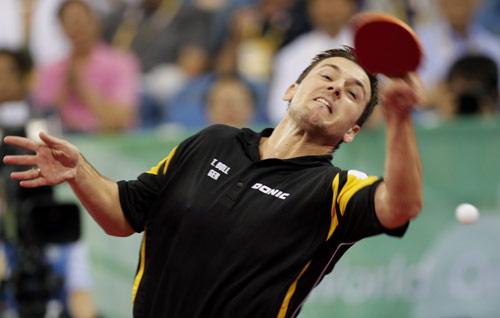 图文-乒乓球男团半决赛打响 被动中回球