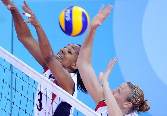 图文-女子排球预赛古巴胜美国 美国队双人拦网