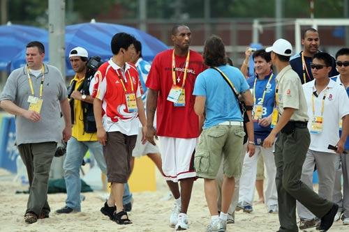 图文-沙滩排球场外的精彩 篮霸吸引众人