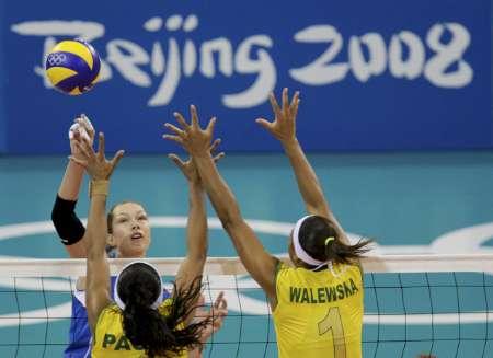 图文-巴西女排3-0轻取俄罗斯 加莫娃欲网前扣杀