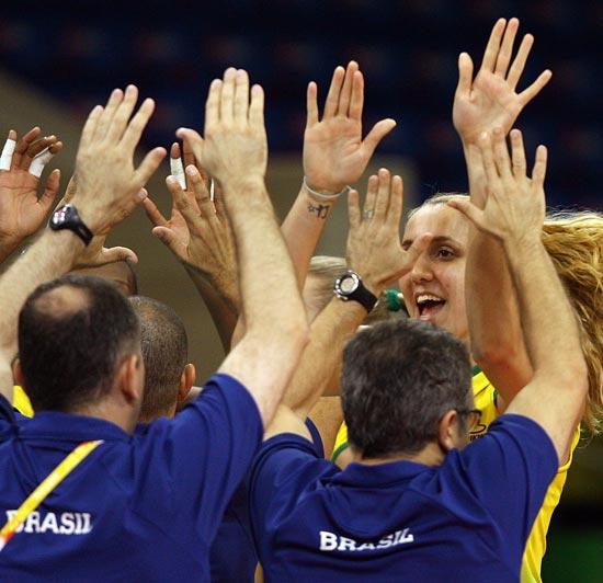图文-奥运会17日女排小组赛赛况 巴西队庆祝胜利