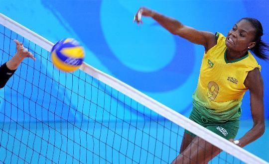 图文-女排巴西队横扫日本进四强 法比亚娜重扣
