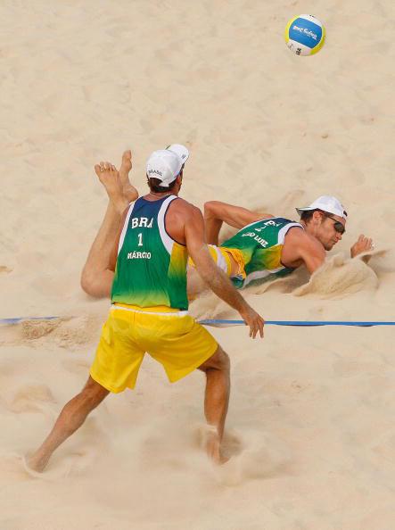 图文-男子沙排半决赛激战 法比奥飞身鱼跃救球