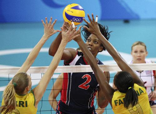 图文-女排决赛巴西胜美国夺金 难分胜负的一球
