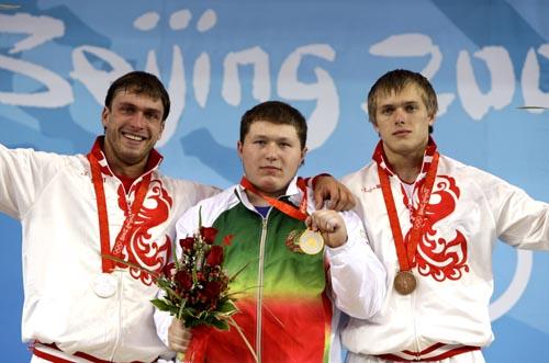 图文-举重男子105公斤级决赛 前三名队员合影