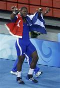 图文-古典摔跤120公斤古巴选手夺冠 举起大拇指庆祝