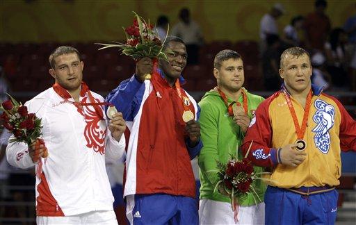 图文-古典摔跤120公斤古巴选手夺冠 前三甲合影