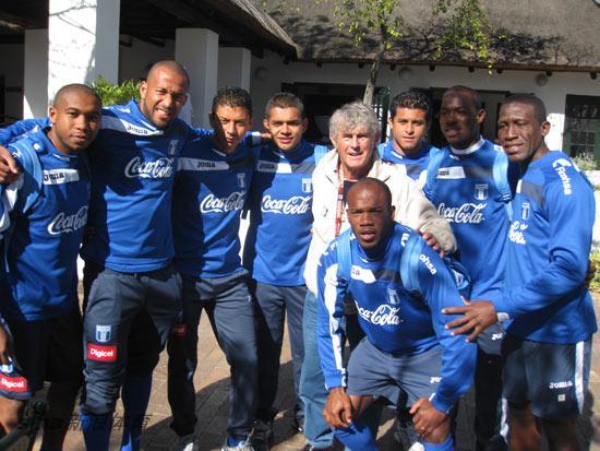 图文-米卢与洪都拉斯队球员合影苏亚佐看好巴西