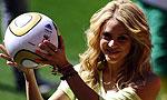 夏奇拉展示决赛用球