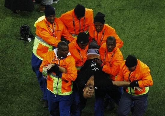 揭密开幕式不速之客吉米蹦险给世界杯戴上小红帽(图)