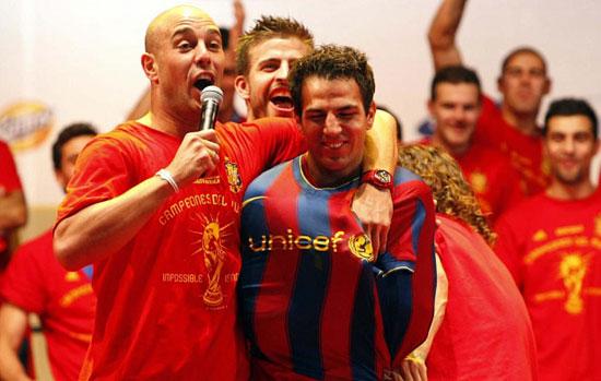 西班牙夺冠庆典恶搞一幕小法被套巴萨队服(视频)
