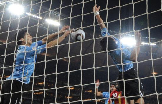 靠手球+红牌最后1秒拯救乌拉圭苏亚雷斯复制传奇