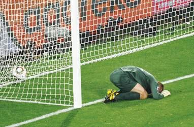门将超低级失误让英格兰平局而归 胜利从格林