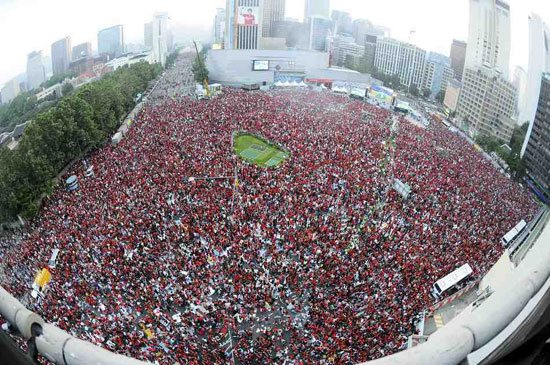 韩国小组出线举国欢庆43万红魔凌晨上街庆祝胜利