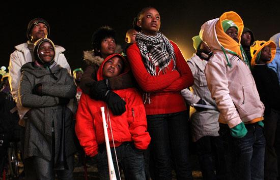 图文-南非球迷失望接受败局垂头丧气的孩子们