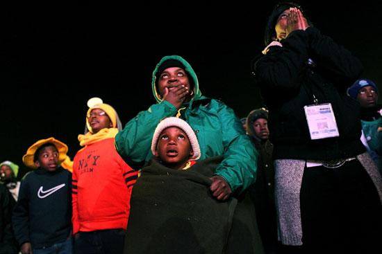 图文-南非球迷失望接受败局眼巴巴看着对手进球