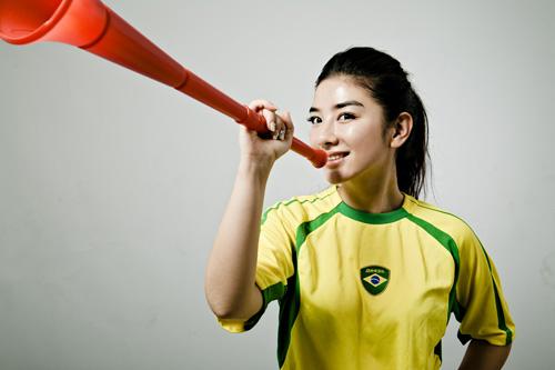 图文-黄奕拍摄世界杯足球写真吹起红色喇叭