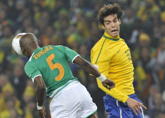 图文-[小组赛]巴西VS科特迪瓦佐科拉顶球