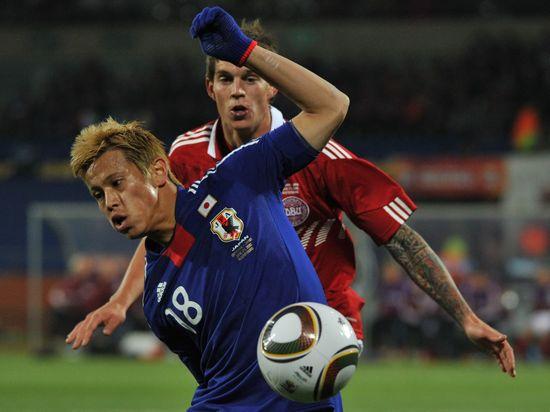 图文-[小组赛]丹麦1-3日本本田圭佑控球