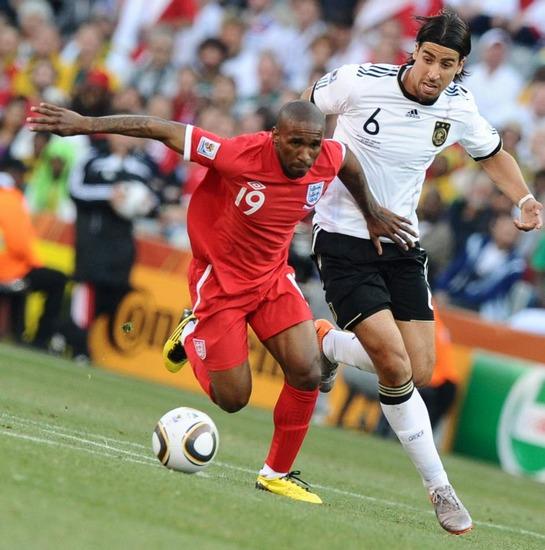 图文-[1/8决赛]德国4-1英格兰迪福带球进攻