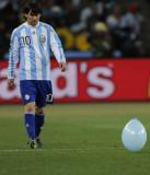 梅西走向气球