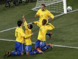 巴西人跪地欢庆