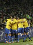 巴西人抱在一起